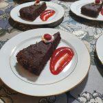 Viskillä kostutettu suklaakakku, mansikkakastike